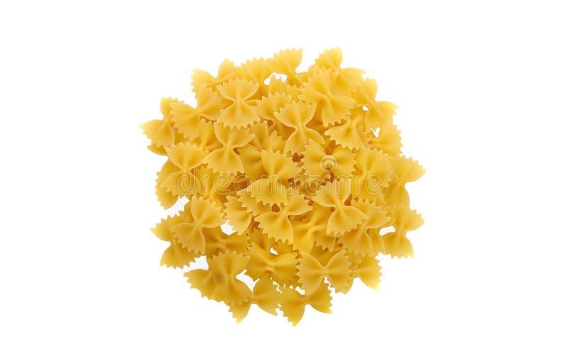 Un gruppo di cravatte a farfalla gialle della pasta isolato su fondo bianco Una porzione di maccheroni per la cena Spaghetti sapo immagine stock libera da diritti