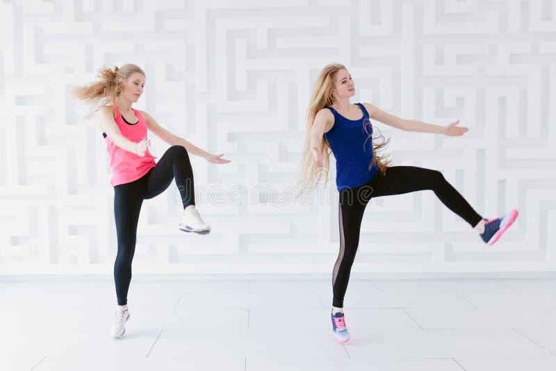 Un gruppo di due ballerini delle giovani donne che ballano nello studio fotografia stock libera da diritti