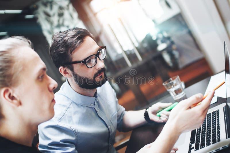 Un gruppo di due colleghe che rendono confrontare le idee le nuove idee nel moder fotografia stock