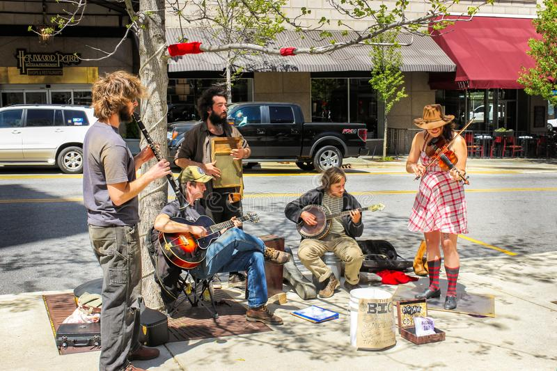 Un gruppo di esecutori della via che giocano sugli strumenti a Asheville in Nord Carolina fotografie stock libere da diritti
