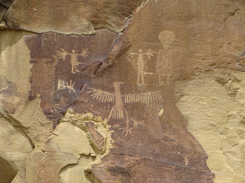 Un gruppo di figure beccate in roccia che include Thunderbird, figure maschii fotografia stock libera da diritti