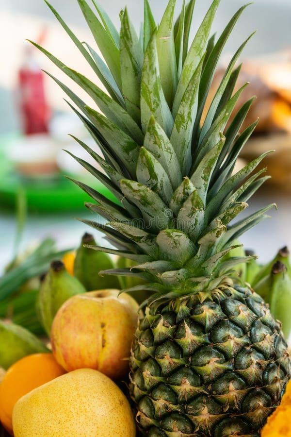 Un gruppo di frutta, ananas, banana coltivata, pera cinese, arancia fotografia stock libera da diritti