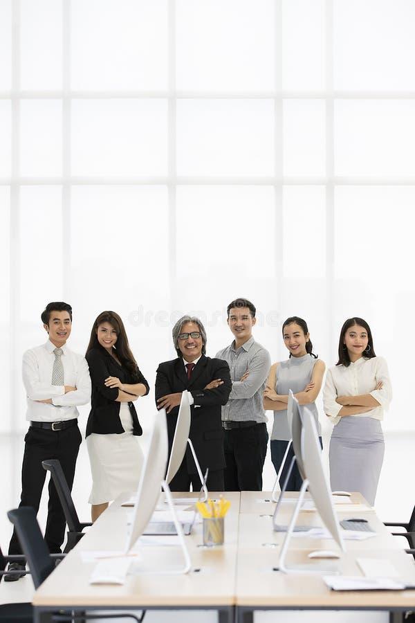 Un gruppo di 6 genti di affari di Asaina che stanno insieme in moderno di fotografie stock
