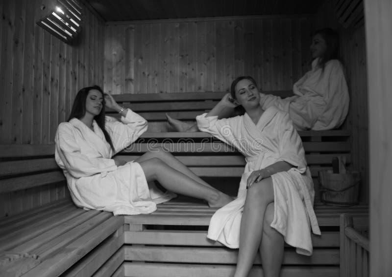 Un gruppo di giovani donne in una sauna fotografia stock libera da diritti