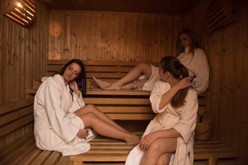 Un gruppo di giovani donne in una sauna fotografie stock libere da diritti