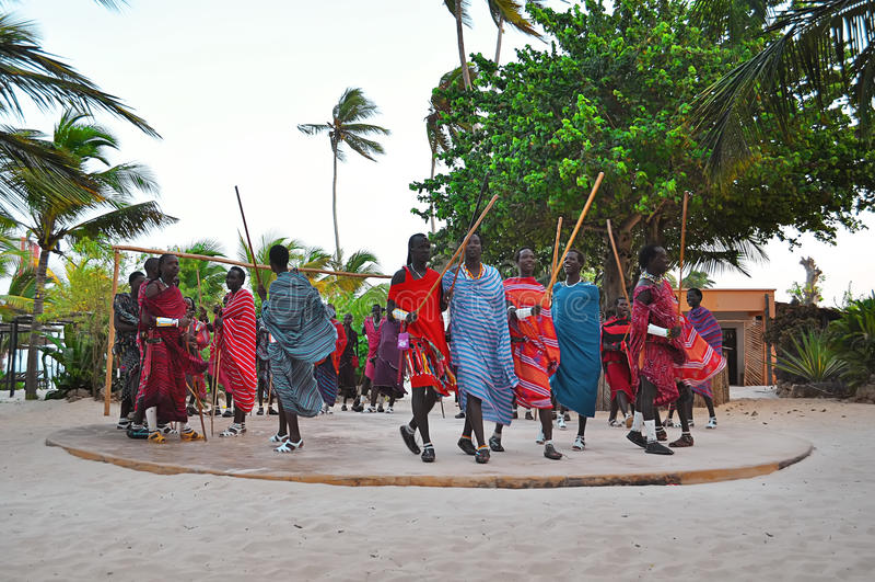 Un gruppo di giovani uomini di Maasai a Zanzibar fotografia stock libera da diritti