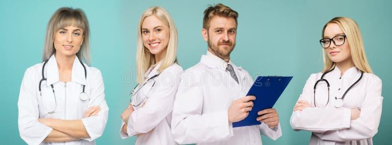 Un gruppo di medici sicuri sta esaminando la macchina fotografica e sta sorridendo nello studio su un fondo blu fotografia stock libera da diritti