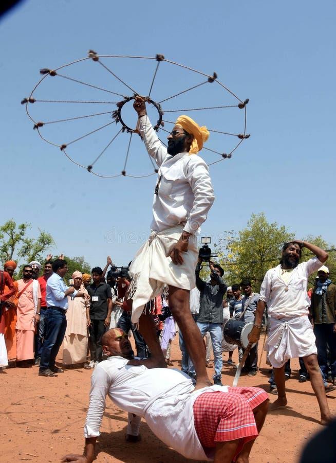 Un gruppo di Monk& x27; s che esegue yoga per sostenere il candidato indiano del congresso nazionale a Bhopal per l'elezione Indi immagini stock