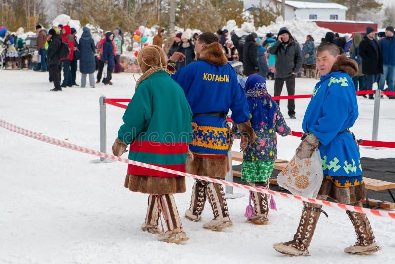Un gruppo di nativi locali nei costumi nazionali del Khanty fotografia stock libera da diritti
