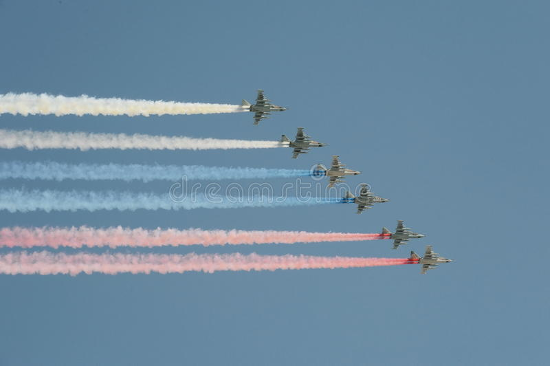 Un gruppo di nome di segnalazione di NATO di Sukhoi Su-25 Grach dell'aereo di assalto: ` Di Frogfoot del ` nei colori del fumo de immagine stock