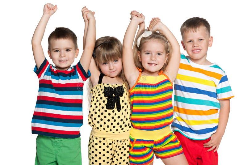 Un gruppo di quattro bambini allegri fotografia stock