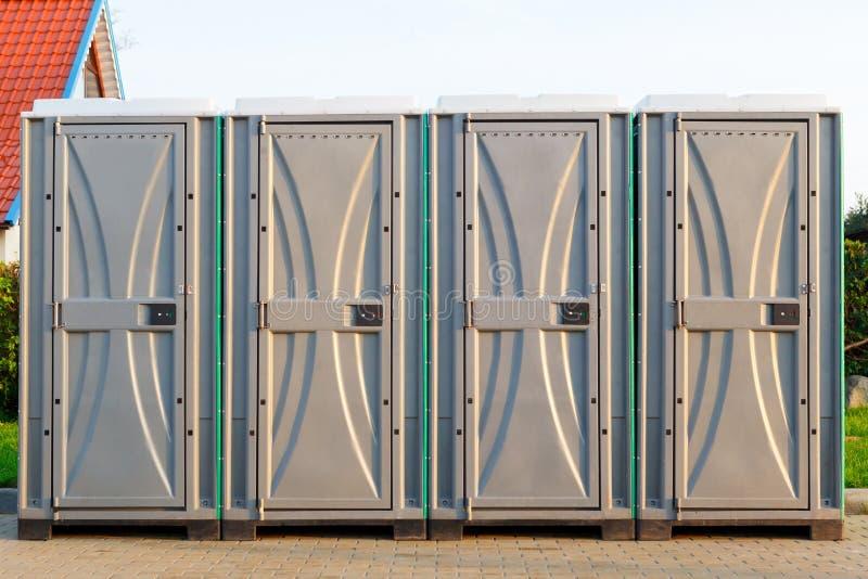 Un gruppo di quattro bio- latrine sulla via fotografia stock