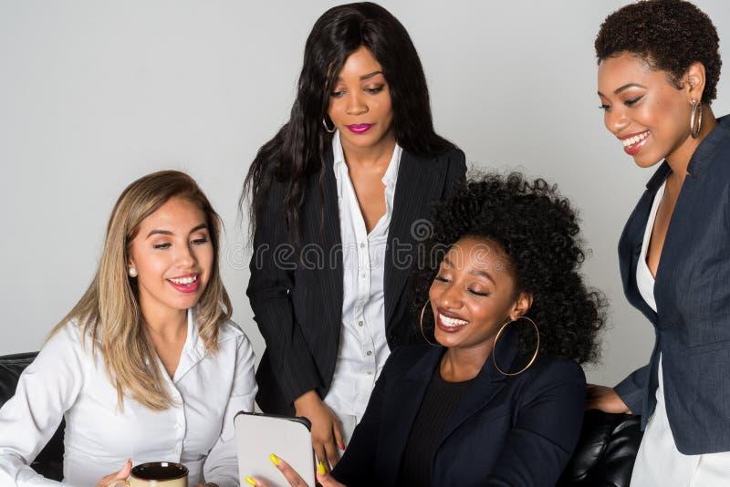Un gruppo di quattro donne di affari fotografia stock