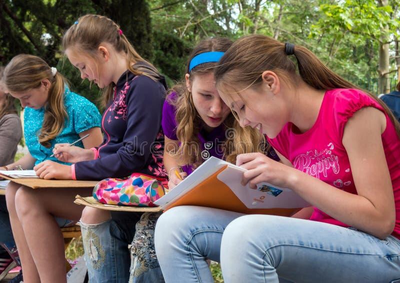 Un gruppo di ragazze si è impegnato nel disegno all'aperto immagine stock libera da diritti
