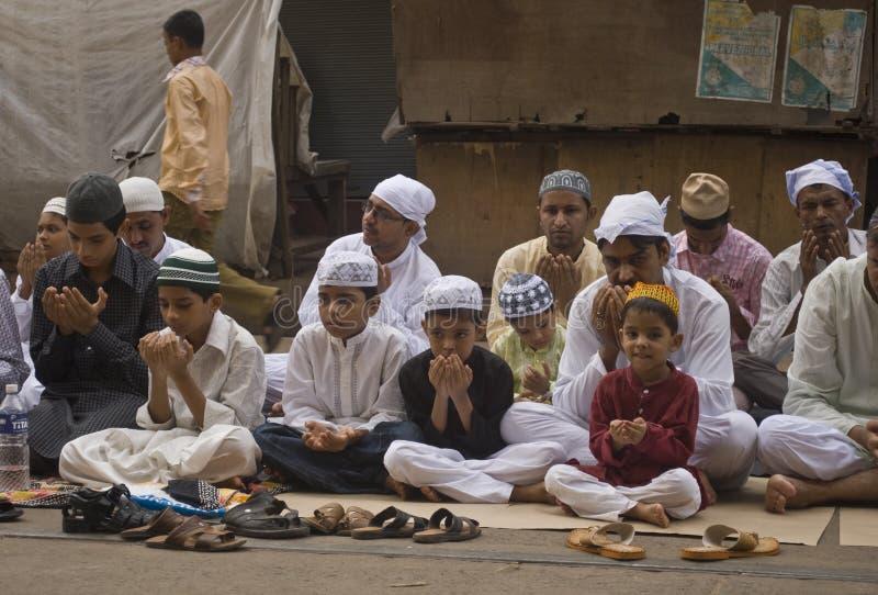Un gruppo di ragazzini alla preghiera di Eid immagini stock