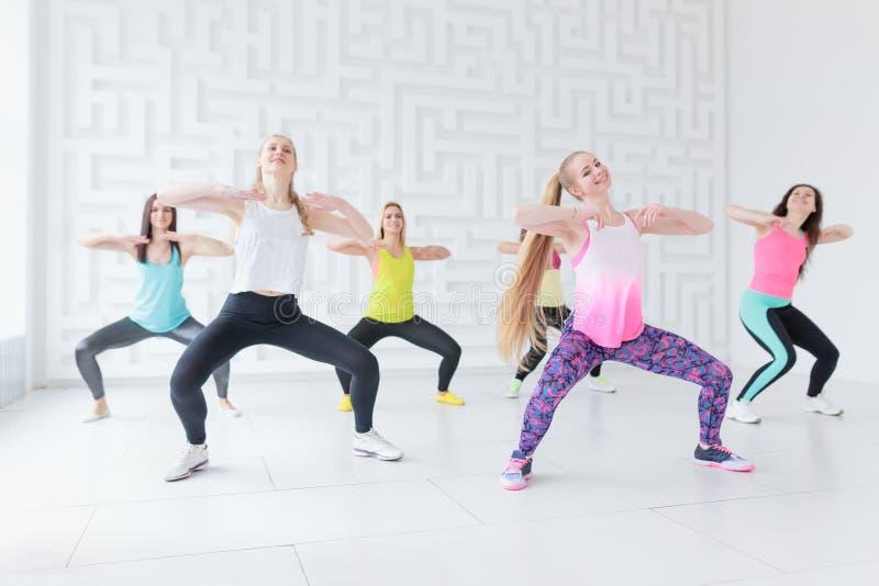 Un gruppo di sei giovani donne che hanno una classe di forma fisica fotografia stock