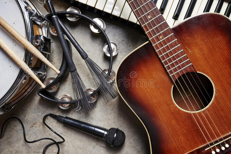 Un gruppo di strumenti musicali fotografie stock libere da diritti