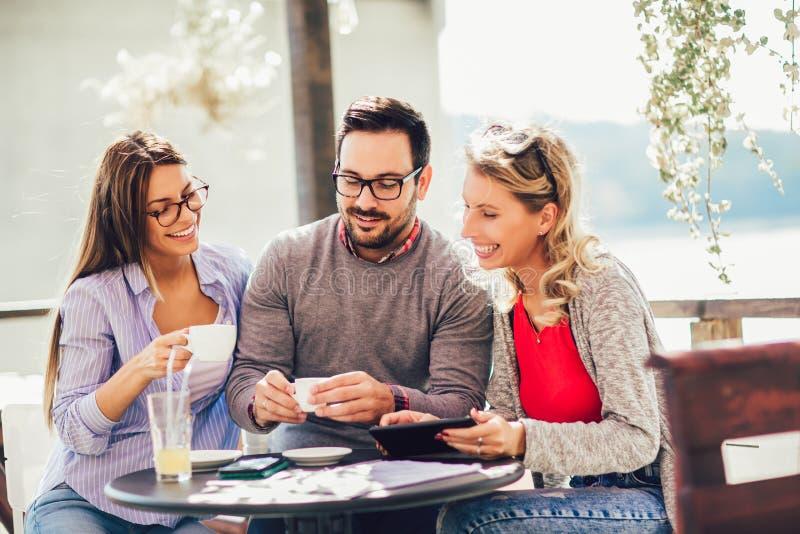 Un gruppo di tre amici divertendosi un caffè insieme fotografia stock libera da diritti