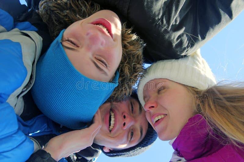 Un gruppo di tre giovani sorridenti immagine stock libera da diritti