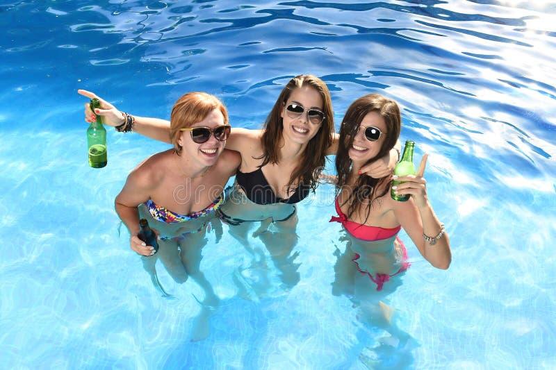Immagini di riserva di un gruppo di tre ragazze felici che - Ragazze spiate in bagno ...