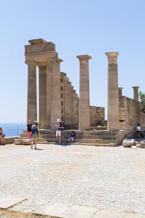 Un gruppo di turisti alla grande colonnato del portico ellenistico immagini stock libere da diritti
