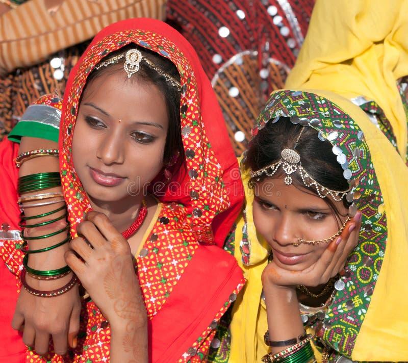 Un gruppo non identificato di ragazze in abbigliamento etnico variopinto assiste immagine stock libera da diritti