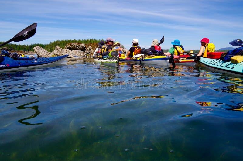 Un guide kayaking explique l'itinéraire en avant à quelques paddlers photos stock