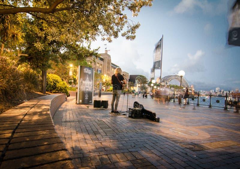 Un guitariste de rue joue une belle chanson au quai circulaire de Quay photo stock