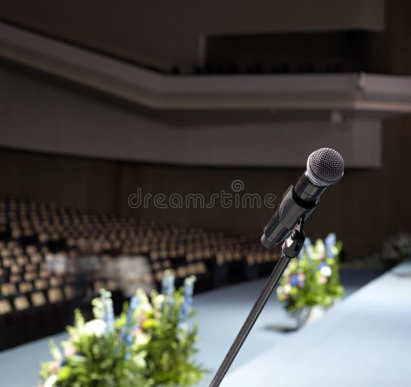 Un guitarrista con el micrófono en la etapa fotos de archivo libres de regalías