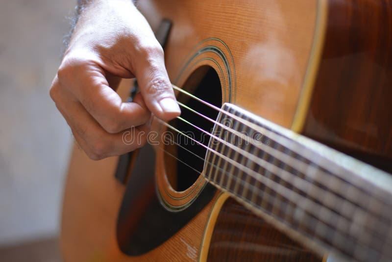 Un guitarrista He juega jazz con su guitarra clásica foto de archivo libre de regalías
