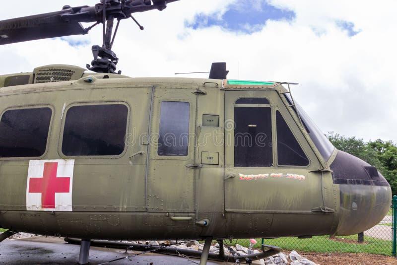 Un hélicoptère du model 205 de Huey UH-1F sur l'affichage en dehors de du musée du vétéran dans le village d'héritage au parc d'h photos libres de droits