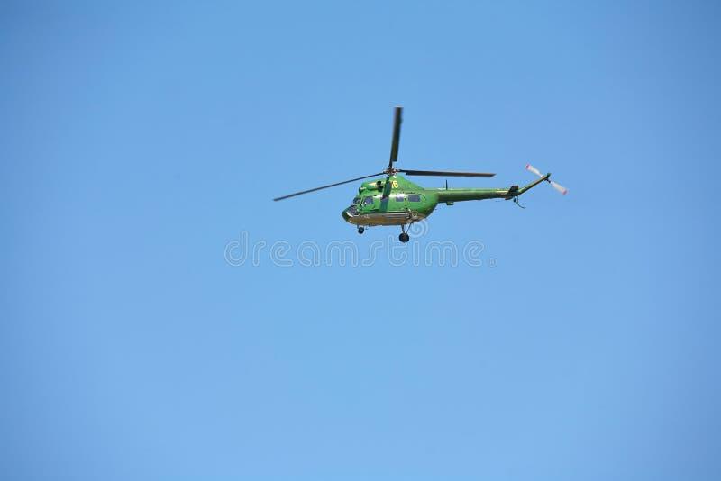 Un hélicoptère militaire sur un fond de ciel bleu images stock