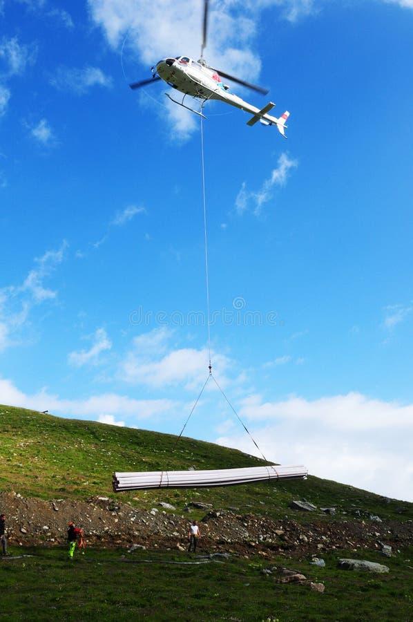 Un hélicoptère suisse au lac Silvaplana de glacier dans l'Engadin supérieur dans le canton Graubünden images stock