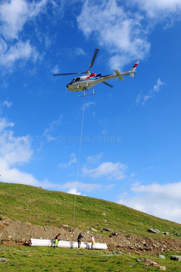 Un hélicoptère suisse chez Furtschella au-dessus de lac Silvaplana de glacier dans l'Engadin supérieur photographie stock