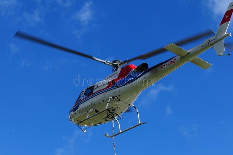Un hélicoptère suisse chez Furtschella dans l'Engadin supérieur image stock