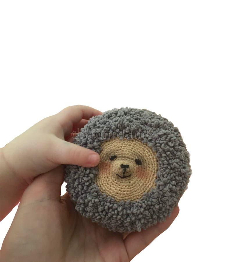 Un hérisson et une main de tricotage faits main dans le cadre image stock
