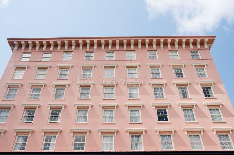 Beaucoup Windows dans l'hôtel rose de stuc image libre de droits