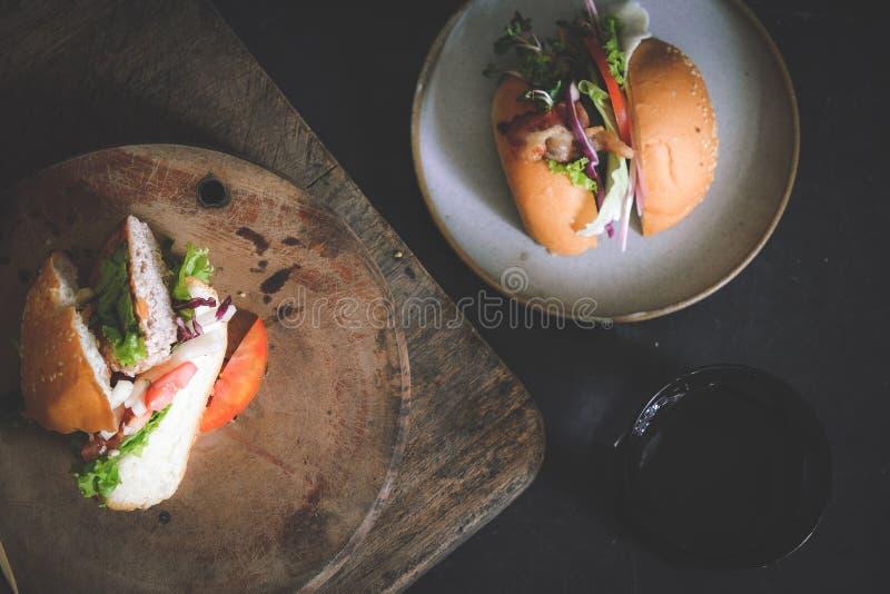 Un hamburger ou un hamburger est un sandwich se composant d'un ou plusieurs petits pâtés cuits de la viande hachée, habituellemen photos libres de droits