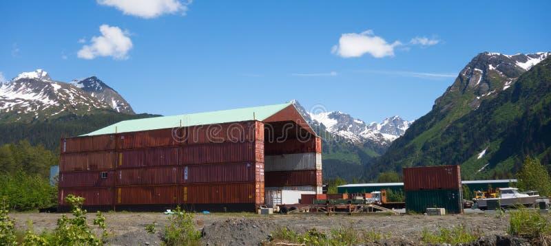 Un hangar construit avec les récipients utilisés au port du seward image libre de droits