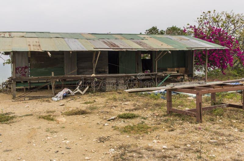 Un hangar de bois et des bidons photographie stock