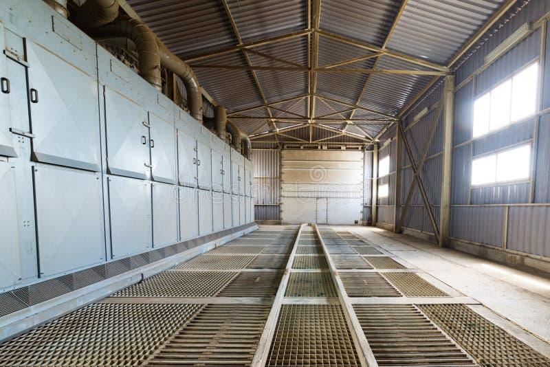 Un hangar grande con un piso hecho de las rejas de acero foto de archivo