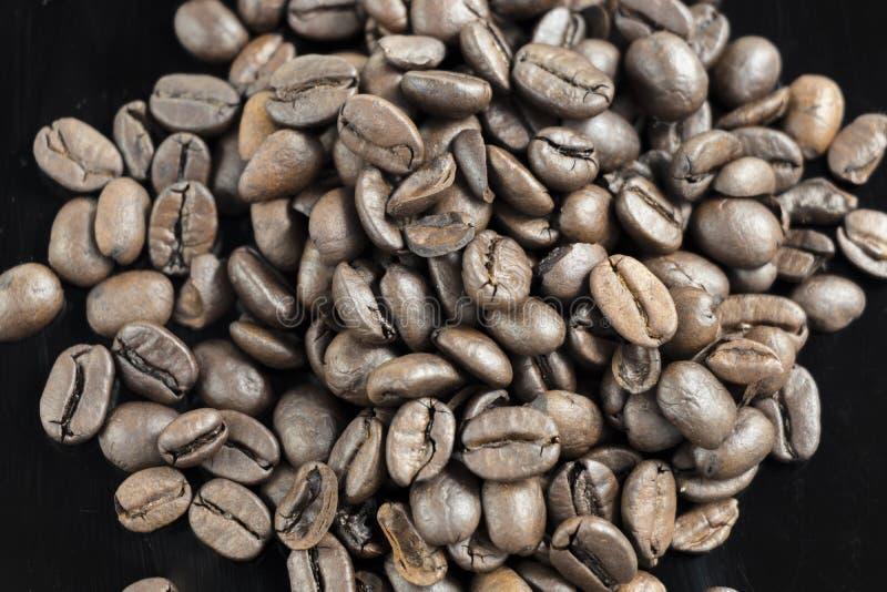 Un haut étroit frais de grains de café de pile photos libres de droits