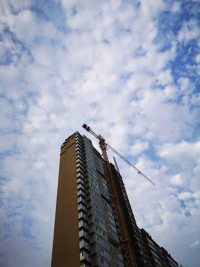 Un haut bâtiment et un ciel bleu dans l'après-midi photo stock