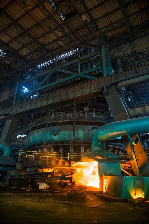 Un haut fourneau à une usine sidérurgique photographie stock libre de droits