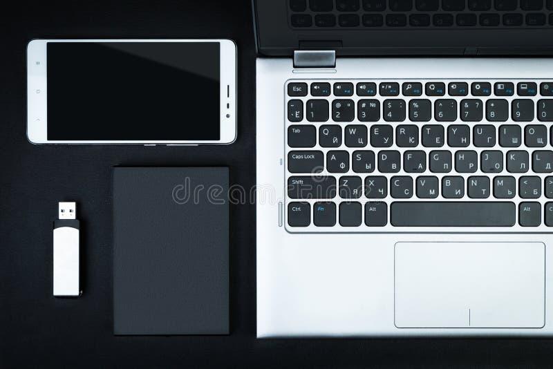 Un hdd portatif s'est relié à un ordinateur portable à la commande d'instantané d'usb et au SM images libres de droits