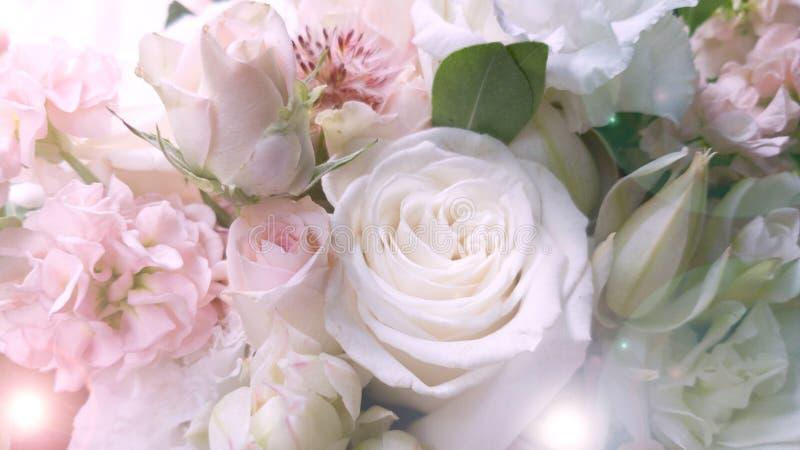 Un hermoso ramo de rosas negras rosadas. El ramo de la novia con el resplandor del sol. Opini?n de la postal. Copyspace. rom?ntico imagen de archivo