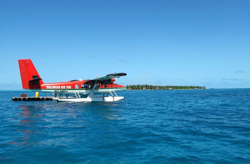 Un hidroavión de Maldivian Air Taxi se aterriza en el mar hermoso fotos de archivo libres de regalías