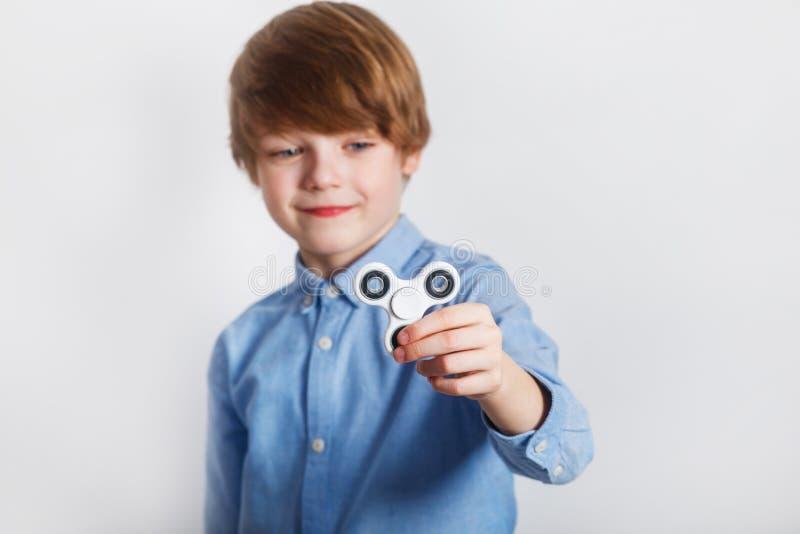 Un hilandero de la persona agitada del muchacho detenido en primero plano foto de archivo libre de regalías
