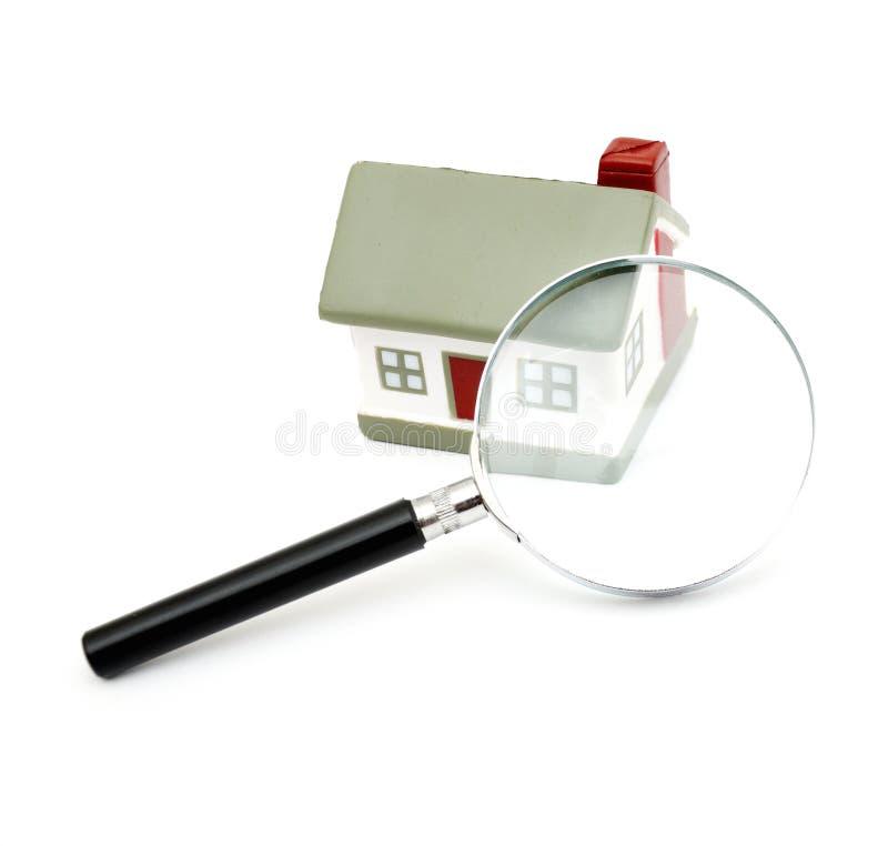 Un hogar modelo de examen de la lupa imagen de archivo libre de regalías