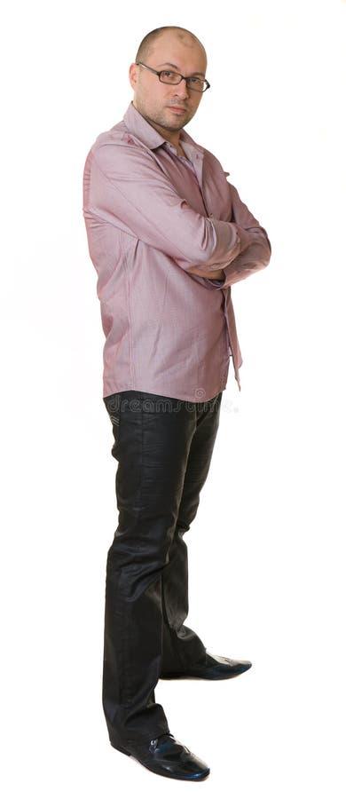 Un hombre agradable en vidrios, camisa y pantalones vaqueros fotos de archivo libres de regalías